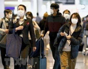 Hành khách tại sân bay Narita, gần Tokyo, Nhật Bản.