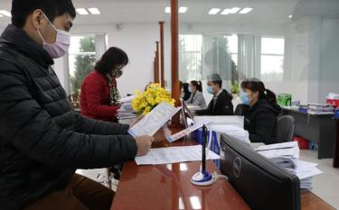 Cán bộ Bảo hiểm xã hội tỉnh Yên Bái và người dân đến giao dịch thực hiện nghiêm túc việc đeo khẩu trang để phòng, chống dịch bệnh Covid-19.