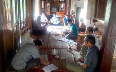Một buổi trao đổi, làm việc giữa Ban Thanh tra nhân dân và Ban Giám sát đầu tư cộng đồng xã Nghĩa Lợi với người dân.