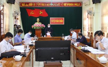 Kiểm tra công tác chuẩn bị đại hội, đồng chí Tạ Văn Long - Ủy viên Ban Thường vụ Tỉnh ủy, Phó Chủ tịch Thường trực UBND tỉnh đánh giá cao công tác chuẩn bị đại hội của huyện Văn Chấn.