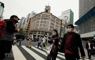 Người dân đeo khẩu trang để phòng tránh lây nhiễm COVID-19 tại Tokyo, Nhật Bản, ngày 28/3/2020.