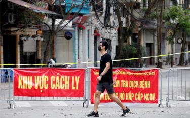 Bên ngoài một khu cách ly tại Hà Nội ngày 10/3.