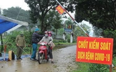 Các thành viên chốt kiểm soát dịch COVID-19 xã Việt Thành đo thân nhiệt cho người dân và các phương tiện qua lại địa bàn.