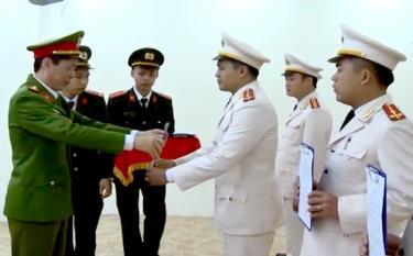 Lãnh đạo Công an tỉnh Yên Bái trao Quyết định điều động cán bộ, chiến sĩ công an chính quy đảm nhiệm các chức danh công an xã  tại huyện Văn Yên