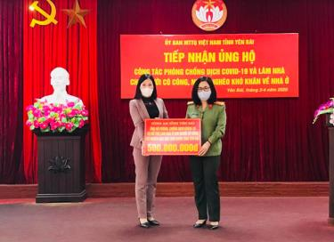 Thượng tá Lê Thị Thanh Hằng - Phó Giám đốc Công an tỉnh trao 500 triệu đồng ủng hộ công tác phòng, chống dịch COVID-19 và làm nhà cho người có công, người nghèo đặc biệt khó khăn về nhà ở trên địa bàn tỉnh.