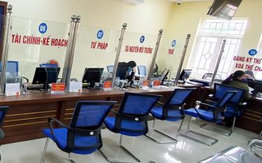 Người dân thực hiện tốt việc giãn cách xã hội, lượng người đến giao dịch ở Bộ phận Phục vụ hành chính công thành phố Yên Bái giảm, số công chức được bố trí hợp lý, không bị tồn đọng trong xử lý công việc.