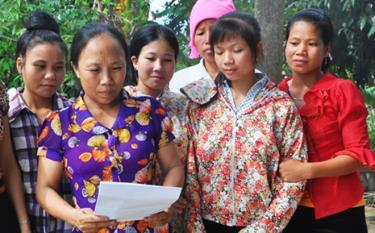 Phụ nữ phường Tân An, thị xã Nghĩa Lộ tìm hiểu kiến thức pháp luật. Ảnh TL
