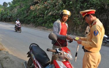 Cảnh sát giao thông huyện Lục Yên kiểm tra giấy tờ người điều khiển phương tiện giao thông.