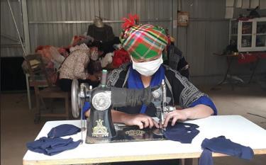Hội viên Hội Liên hiệp Phụ nữ xã Chế Cu Nha, huyện Mù Cang Chải may khẩu trang để phát miễn phí phòng, chống dịch bệnh Covid-19.