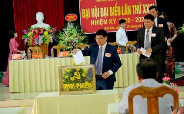 Các đại biểu bỏ phiếu bầu Ban Chấp hành Đảng bộ xã Báo Đáp nhiệm kỳ 2020 - 2025.