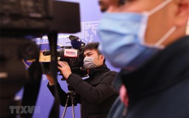 Phóng viên các cơ quan báo chí đeo khẩu trang tác nghiệp tại họp báo.
