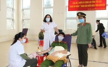 Lãnh đạo Công an tỉnh và lãnh đạo Sở Y tế thăm hỏi, động viên cán bộ, chiến sĩ tham gia hiến máu.
