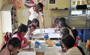 Cô và trò Trường Phổ thông Dân tộc bán trú Tiểu học - Trung học cơ sở xã Chế Cu Nha, huyện Mù Cang Chải trong giờ học.