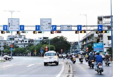 Luật Giao thông đường bộ năm 2008 quy định, khi nhìn thấy đèn vàng, người điều khiển phương tiện phải giảm tốc độ, dừng trước vạch - Ảnh minh họa