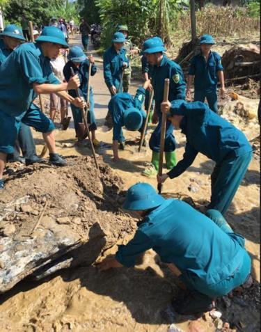 Lực lượng vũ trang huyện Văn Chấn giúp dân khắc phục hậu quả bão lũ.