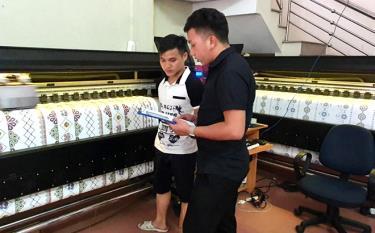 Công ty TNHH HMong 4S Việt Nam với dây chuyền sản xuất trang phục dân tộc tạo việc làm cho nhiều thanh niên địa phương.