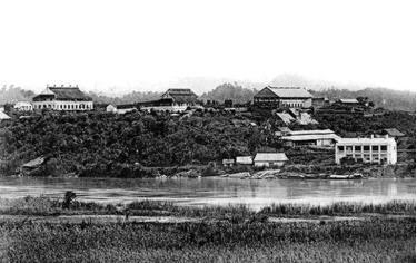 Ca nô trên sông Hồng đoạn qua thị xã Yên Bái năm 1920.
