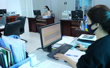 Cán bộ Bảo hiểm xã hội tỉnh giải quyết các thủ tục hành chính thông qua giao dịch điện tử.