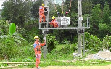 Công nhân Điện lực Trấn Yên lắp đặt hệ thống lưới điện tại thôn Đồng Ruộng, xã Kiên Thành.