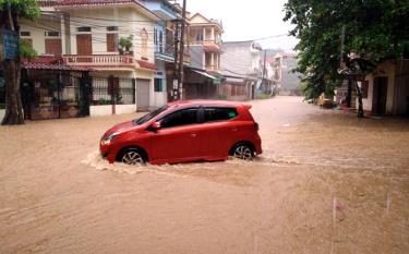 Đường Kim Đồng, thành phố Yên Bái ngập úng sau trận mưa lúc 5 giờ sáng 23/4/2020.