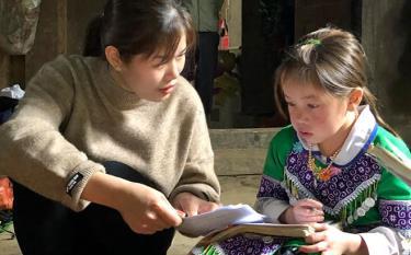 Cô giáo Lương Thị Tuyết - Trường Tiểu học và THCS Nà Hẩu động viên, giúp học sinh ôn tập kiến thức tại nhà.