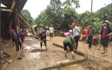 Ngay sau mưa lũ, Ban Chỉ huy PCTT-TKCN huyện Văn Yên và các địa phương đã huy động lực lượng tại chỗ cùng nhân dân khắc phục hậu quả; tổ chức thăm hỏi, hỗ trợ 3 hộ gia đình có nhà bị sập đổ hoàn toàn theo quy định. (Ảnh: Khánh Chi - Trung tâm TT-VH Văn Yên)
