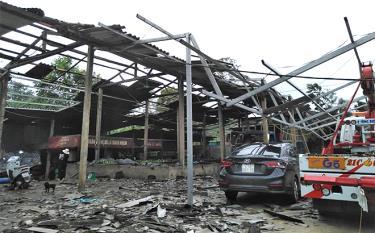 Một nhà xưởng trên địa bàn huyện Trấn Yên bị ảnh hưởng do dông lốc.