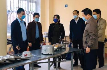 Phó Chủ tịch UBND tỉnh Yên Bái Dương Văn Tiến kiểm tra bếp ăn nội trú tại Trường PTDTNT THCS Trấn Yên.