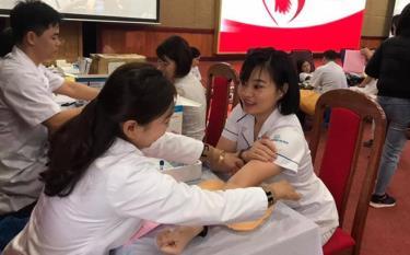Các tình nguyện viên được khám sàng lọc, kiểm tra sức khỏe trước khi hiến máu.