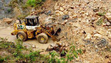 Công nhân Công ty cổ phần Xây dựng Đường bộ I Yên Bái khắc phục sạt lở đất đá do mưa lũ gây ra tại các điểm xung yếu trên các tuyến quốc lộ 32 và 37. ( Ảnh: Văn Tuấn)