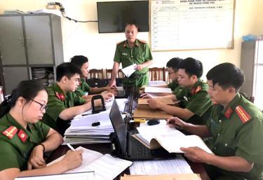 Lãnh đạo Công an huyện Văn Chấn triển khai nhiệm vụ cho cán bộ, chiến sỹ Đội Cảnh sát quản lý hành chính và xây dựng phong trào Toàn dân bảo vệ an ninh Tổ quốc