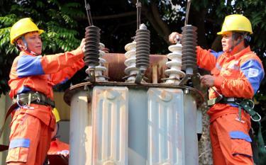 Công nhân Công ty Điện lực Yên Bái kiểm tra thí nghiệm máy biến áp.