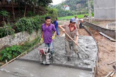 Nhân dân xã Yên Thái (Văn Yên) bê tông hóa đường giao thông nông thôn.