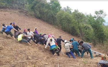 Đồng bào Mông bản Háng Cuốn Rùa, xã Dế Xu Phình tham gia kéo điện lưới quốc gia về bản.