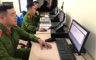 Các cán bộ, chiến sĩ Đội Cảnh sát Trật tự - Cảnh sát phản ứng nhanh tiếp nhận tin báo của người dân qua đường dây nóng 113.