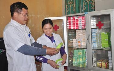 Cán bộ y tế xã Phúc An kiểm tra số thuốc thiết yếu của Trạm Y tế xã.