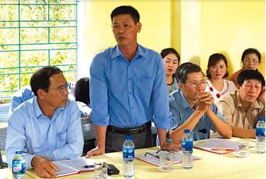Đảng viên Chi bộ thôn Lao Động phát biểu ý kiến tại buổi sinh hoạt chi bộ. Ảnh TL