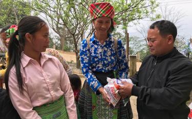 Người dân xã Pá Lau nhận ngô giống hỗ trợ.