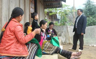 Trưởng thôn Bu Cao - Giàng A Chang, xã Suối Bu, huyện Văn Chấn đến từng nhà tuyên truyền, vận động bà con thi đua xây dựng cuộc sống ấm no, tiến bộ.