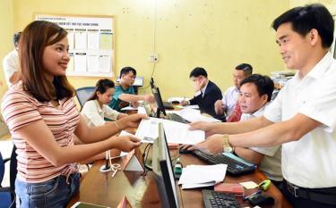 Cán bộ tại Bộ phận Phục vụ hành chính công xã Mường Lai tiếp nhận hồ sơ của người dân.