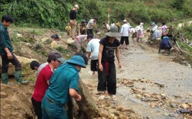 Nhân dân huyện Trạm Tấu tích cực tham gia sửa chữa nâng cấp đường giao thông nông thôn.