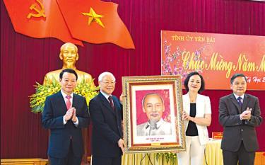 Tổng Bí thư, Chủ tịch nước Nguyễn Phú Trọng tặng Đảng bộ, nhân dân các dân tộc Yên Bái bức chân dung Chủ tịch Hồ Chí Minh trong chuyến thăm đầu xuân Kỷ Hợi 2019.
