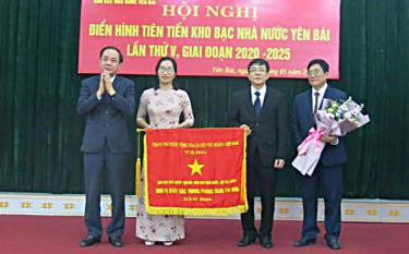 Kho bạc Nhà nước tỉnh Yên Bái vinh dự được Chính phủ tặng cờ đơn vị xuất sắc trong phong trào thi đua năm 2018.