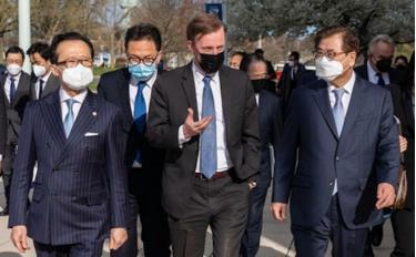 Từ trái sang phải, các cố vấn an ninh quốc gia: Shigeru Kitamura của Nhật Bản, Jake Sullivan của Mỹ và Suh Hoon của Hàn Quốc tại Học viện Hải quân Mỹ ở Annapolis, Maryland, Mỹ, ngày 2/4.