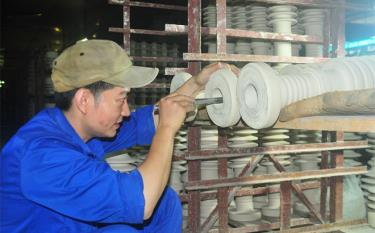A worker at Hoang Lien Son Technical Ceramics JSC in Yen Bai.