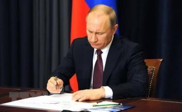 Tổng thống Nga Vladimir Putin ký một văn kiện tại Moskva.