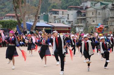 Hội thi múa khèn Mông giữ gìn nét đẹp văn hóa dân tộc của học sinh THCS huyện Mù Cang Chải.
