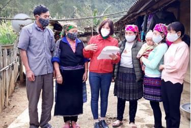 Người dân huyện Mù Cang Chải được tuyên truyền về công tác dân số - kế hoạch hóa gia đình.