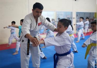 Anh Phạm Văn Vịnh hướng dẫn từng động tác, thế võ Karate cơ bản cho võ sinh.