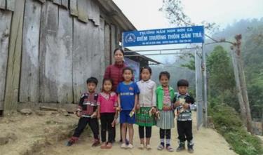 Cô giáo Hà Thị Tuyết cùng các em học sinh của mình